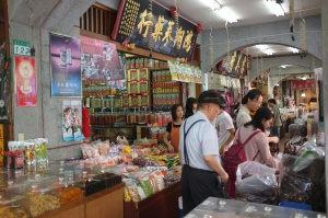 Sunday afternoon shopping in Dihua.